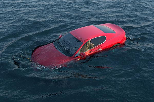美國警察組成人鏈 驚險搶救開車入河的女子