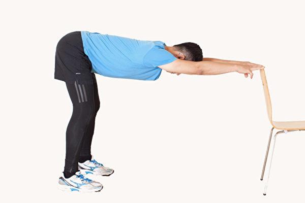 通过拉筋,并搭配深呼吸,能有效放松身心、重整自律神经。(郑云龙提供)