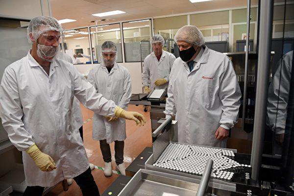组图:英相约翰逊参观药厂 了解疫苗开发进程
