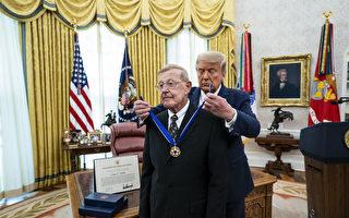 组图:川普向卢·霍兹颁发总统自由勋章