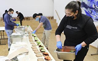 组图:德国慈善机构为无家可归者准备餐点