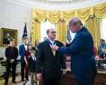 组图:川普向摔跤手盖博颁发总统自由勋章