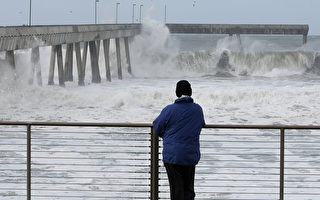 男子遭巨浪卷走 旧金山海岸警卫队展开营救