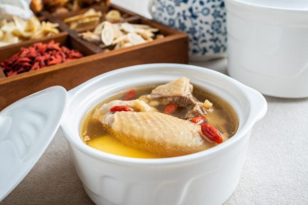 【梁廚美食】冬令進補 藥膳蓮子海參雞煲湯