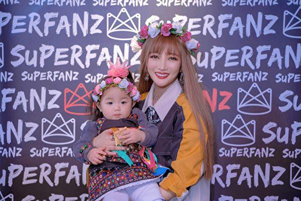 黄美珍庆生 1岁爱女扮卑南族公主亮相