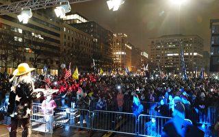 大选攸关美国未来 民众冒雨再聚自由广场