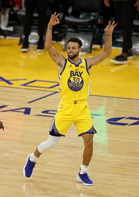 NBA库里飙创纪录62分 勇士复仇开拓者