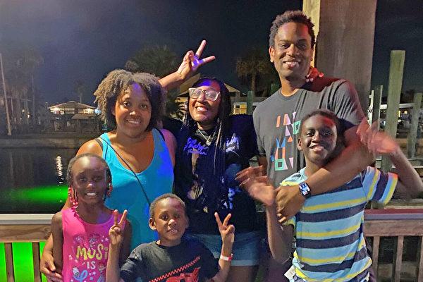 德州夫妇领养四兄妹 并助他人成领养家庭