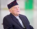 98岁二战老兵终获迟到近80年的荣誉勋章