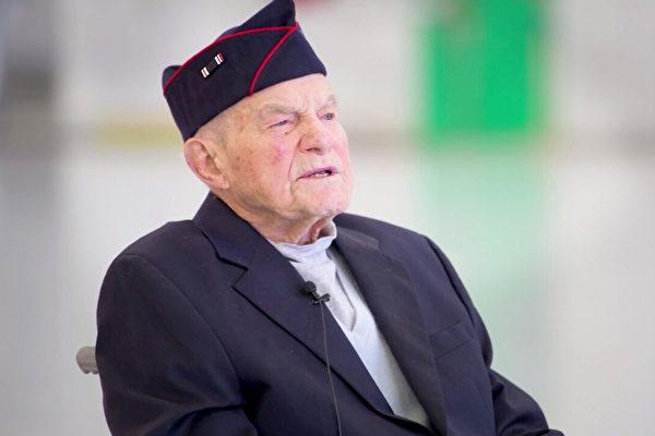98歲二戰老兵終獲遲到近80年的榮譽勛章