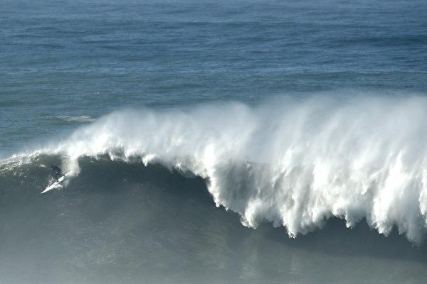 上周日湾区海岸出现大浪 气象局发警报