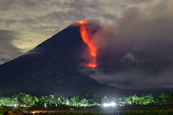 组图:印尼塞梅鲁火山喷发 灰烬达3.5英里高