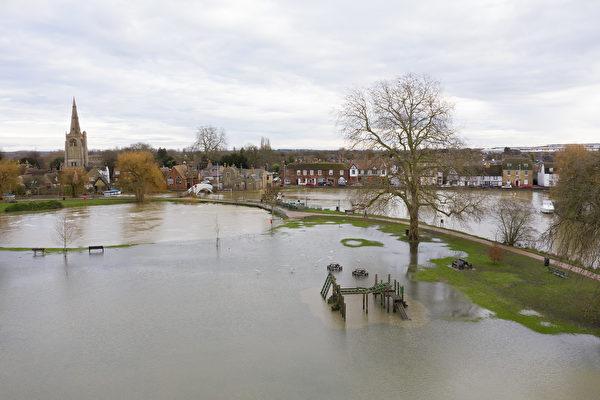 组图:暴风雨侵袭 英格兰多地遭遇洪水
