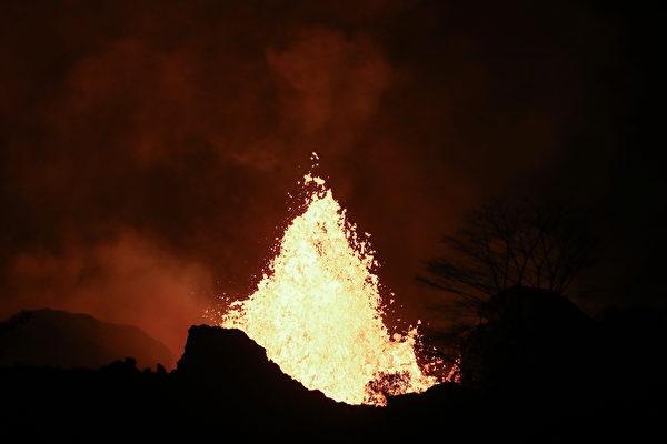 美国夏威夷几劳亚(Kilauea)一座火山2018年5月22日喷发时的壮观景象。(Photo by Mario Tama/Getty Images)
