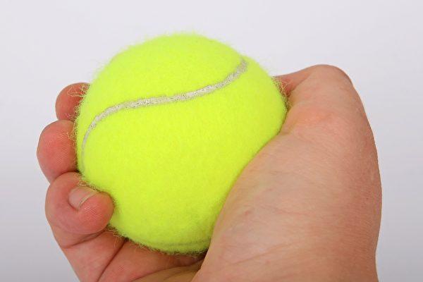英国睡眠专家:用一颗网球可停止打鼾