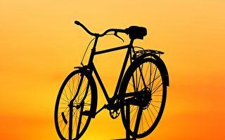 非洲男子骑自行车 载了9个小孩