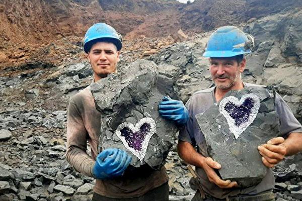 天造地设 岩石被切开 现天然心形紫水晶