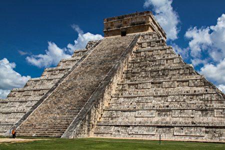 墨西哥女子攀爬玛雅金字塔 数百游客看傻眼