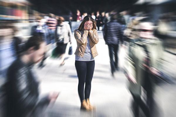 感染新冠病毒後還可能出現精神疾病,如憂鬱、焦慮、甚至幻覺症狀。(Shutterstock)