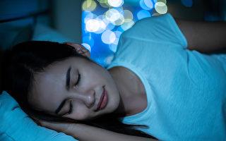 正確時間睡眠、進入深眠,可讓生長激素大量分泌,對肌膚、毛囊和脂肪代謝都有幫助。(Shutterstock)