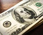 美国男子慷慨给小费 餐厅员工每人200美元