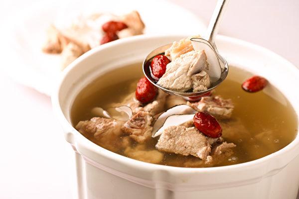 喝一碗滋阴贵妃汤、按摩足部穴位,帮你补血润肤,改善妇科症状。示意图。(Shutterstock)