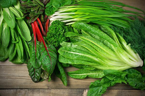 多吃深绿色蔬菜,补充钙、钾、镁等电解质可预防抽筋。(Shutterstock)