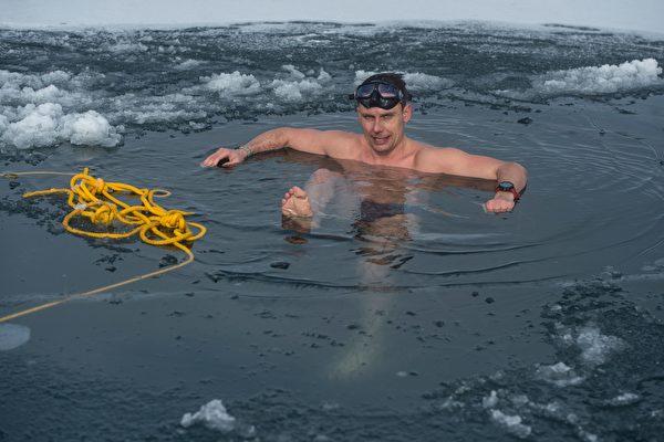 组图:捷克男子打破冰下游泳世界纪录