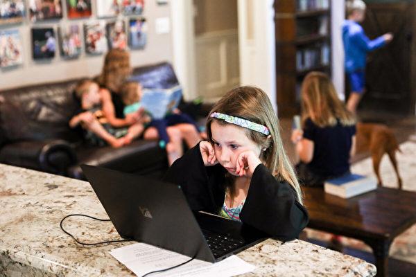 大紀元調查:孩子學業落後 家長盼學校全開放
