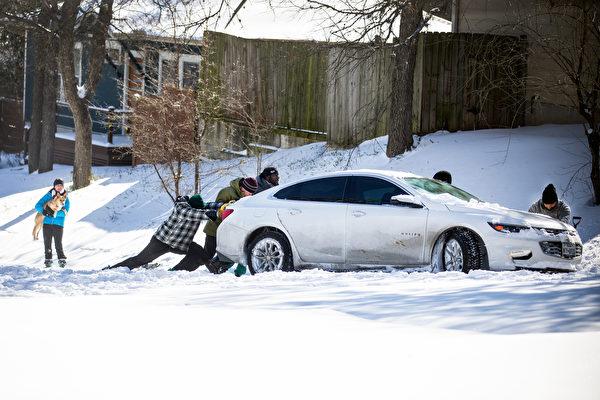 致命暴风雪袭美至少15死 逾2亿人受影响