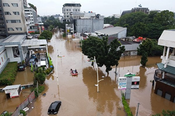 组图:印尼洪灾 水深达1.8米 逾千人撤离