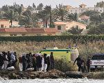 组图:埃及船只发生翻覆意外 至少12人死亡