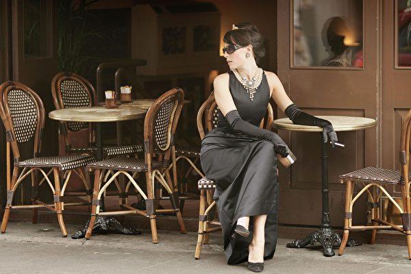 春夏减龄穿搭 经典小黑裙尽显女力时尚
