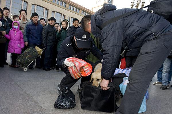 带剪刀乘火车违法? 外地进京旅客被警方拘5天