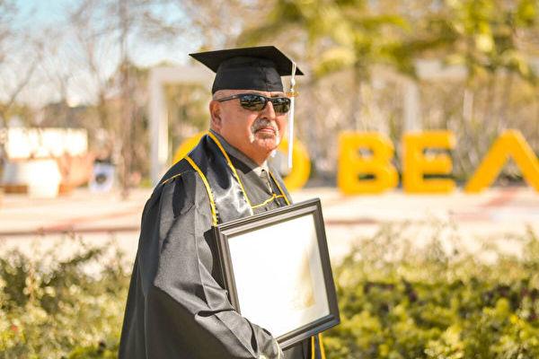 勵志 服刑30多年的加州男子大學畢業