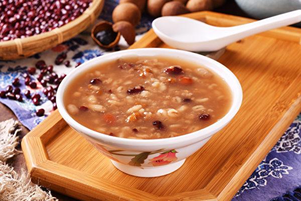 粥是一味良藥,天氣寒冷時,很適合吃一點溫補驅寒的粥品。(Shutterstock)
