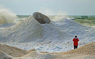 哈萨克冰火山会喷水 吸引大量游客造访
