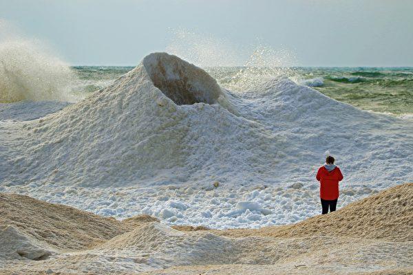 哈薩克冰火山會噴水 吸引大量遊客造訪