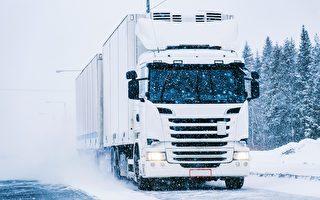 """大雪中助推卡车上坡 她获赞英国""""女超人"""""""