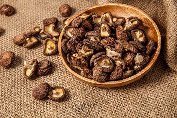 乾貨如何挑選?好的乾香菇應是外型完整,蒂頭粗狀結實,且不掉屑。(Shutterstock)