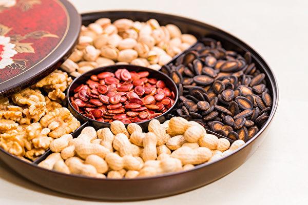 年节零嘴少不了开心果、瓜子、花生等坚果,适量食用有助身体保健。(Shutterstock)