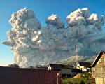 组图:印尼火山喷发 烟尘冲天高达五千米