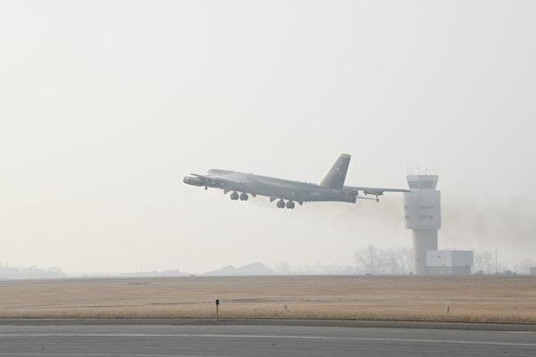 震慑伊朗 美派B-52轰炸机在中东巡逻
