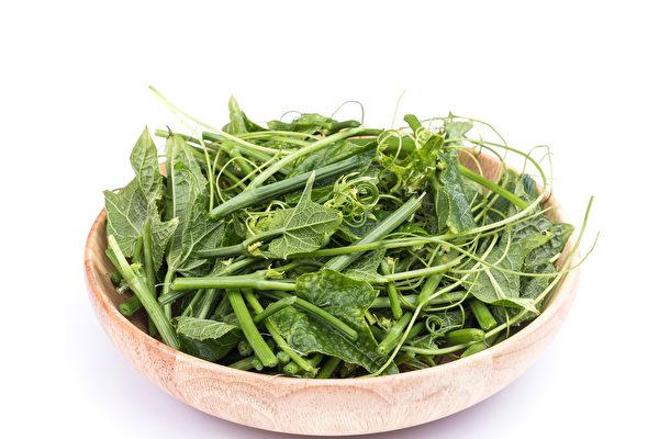凉拌、热炒皆美味的龙须菜,热量低、膳食纤维丰富,含锌量还比一般蔬菜高。(Shutterstock)