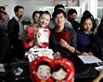 无锡夫妇用汉服证件照结婚登记被拒 引爆网路
