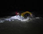 組圖:為慈善活動 北愛爾蘭男子夜泳100公里