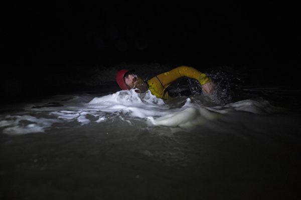 组图:为慈善活动 北爱尔兰男子夜泳100公里