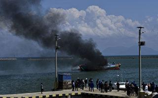 组图:印尼政府放火销毁非法外国渔船