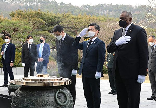 3月18日,美國國防部長奧斯汀(右)和韓國國防部長徐旭(右二)在韓國首爾的國家公墓向朝鮮戰爭的受害者致敬。(Kim Min-Hee - Pool/Getty Images)