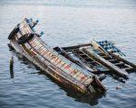 眼見沉船上有4隻貓 泰國海軍士兵跳海相救